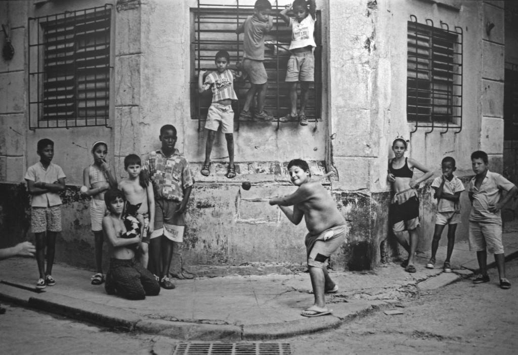 Boys_Playing_Stickball,_Havana,_Cuba,_1999