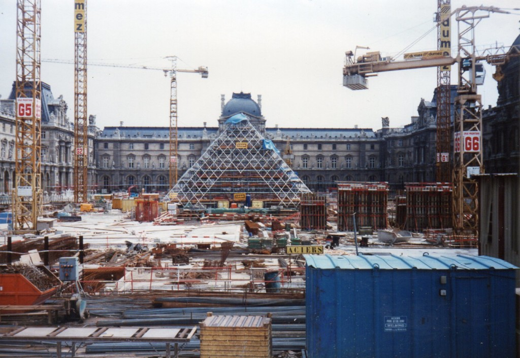 Louvre_Pyramid_construction_1987